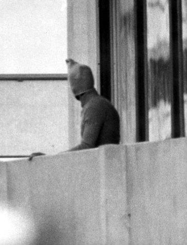 ARCHIV - Ein vermummter arabischer Terrorist zeigt sich am 05.09.1972 auf dem Balkon des israelischen Mannschaftsquartiers im Olympischen Dorf der Münchner Sommerspiele. Das Attentat auf die Olympischen Spiele 1972 hat die Welt schockiert. 17 Menschen wurden getötet, darunter elf israelische Sportler. Im September jährt sich das Schreckensereignis zum 40. Mal. Das ZDF erinnert am Montag (19.03.2012) um 20.15 Uhr mit dem Fernsehfilm «München 72 - Das Attentat». Foto: dpa (zu dpa 0673 vom 15.03.2012) +++(c) dpa - Bildfunk+++