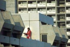 ARCHIV- Ein Scharfschütze geht am 05.09.1972 auf dem Dach im Olympischen Dorf in Stellung. Am 5. September 1972 um 4.55 Uhr überfielen acht palästinensische Terroristen im Olympischen Dorf in München das Quartier der israelischen Mannschaft. Bundespräsident Gauck trifft während seines Staatsbesuches in Israel am 29.05.2012 mit Überlebenden des Geiseldramas zusammen. Foto: Horst Ossinger dpa +++(c) dpa - Bildfunk+++