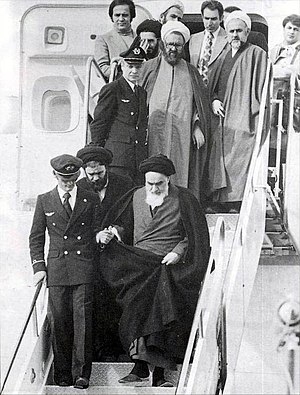 Khomeini_in_Mehrabad comes off plane