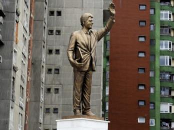 Kosov Bill Clintons statue